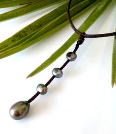 Genuine tahitian pearl and 3 freshwater gray pearls by PerlaMundi, €100.00