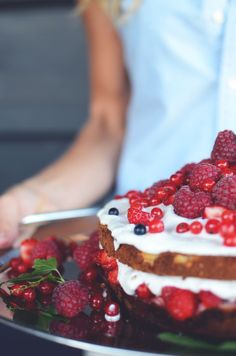 GLUTEENITON MANTELIKAKKU KOOKOSKERMALLA JA KESÄISILLÄ MARJOILLA - gluten free almond cake with berries