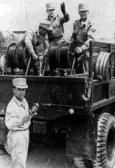 Soldados del Regimiento Loa, Antofagasta poniendo cables de comunicación