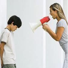 PORQUE LOS PADRES NO DEBEN GRITAR A LOS NIÑOS. RAZÓN 5/10. Los gritos debilitan la autoestima de las personas, por lo cual si los padres quieren que sus hijos sean seguros deben no gritar a los niños, sino al contrario enseñarles diferentes cosas por medio de un dialogo calmado.