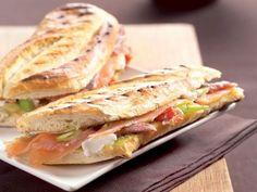 Panini met zalm en ansjovis - heerlijk voor de visliefhebber Sandwiches, Bruchetta, Delicious Food, Pesto, Brunch, Salt, Wraps, Bread, Snacks