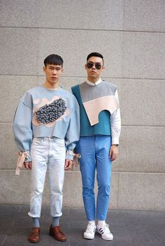 Streetstyle masculino | Homens usando roupas com candy colors | Calça jeans com barra dobrada | Moletom estruturado com detalhes geométricos