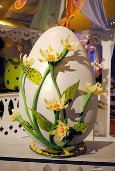 Who wouldn't want this Easter Egg! Chocolate Showpiece created by Pastry Chef Oralia Perez. Chocolate Work, Divine Chocolate, Chocolate Heaven, Easter Chocolate, Chocolates, Chocolate Showpiece, Food Sculpture, Creative Food Art, Chocolate Sculptures