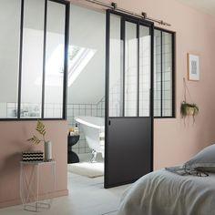 Séparation du coin salle de bain dans la chambre avec une porte vitrée coulissante style atelier de chez Castorama http://www.homelisty.com/porte-coulissante-atelier-verriere/