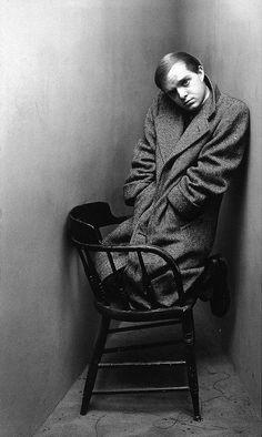 Irving Penn portrait of Truman Capote.. L'espressione, il cappotto enorme e la posizione delle gambe sulla sedia lo fanno assomigliare a  un bambino. L'angolo mi spinge a guardare esclusivamente lui