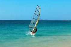 Tiesitkö, että purjelaudalla voi päästä jopa 50 solmun vauhtiin? Kap Verden olosuhteet ovat otolliset purjelautailun opetteluun.  #windsurfing #kapverde  www.finnmatkat.fi #finnmatkat