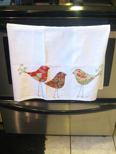 Pano de prato com aplicação de patchaplique em passarinhos