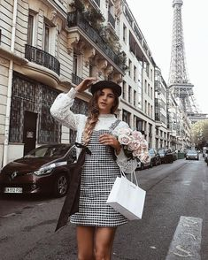 The 8 Style Mistakes Parisian Women Never Make 7 Chic Ways To Dress Like a French Women. How to style your clothing to achieve the classic Parisian chic look Fashion Mode, Fashion Week, Paris Fashion, Autumn Fashion, Fashion Outfits, Fashion Trends, Style Fashion, Fashion Hair, Amsterdam Fashion