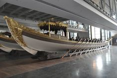 People used oars to row the boat across the oceans, this is a boat displayed at Istanbul Naval Museum, from the Ottoman empire. Row The Boat, Naval History, Ottoman Empire, Museum Collection, Plaza, Wonderful Places, Sailing Ships, Istanbul, Line Art