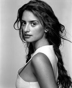 Penélope Cruz Sánchez (Alcobendas, Madrid, 28 de abril de 1974) es una actriz y modelo española ganadora del Óscar, dedicada a papeles ...