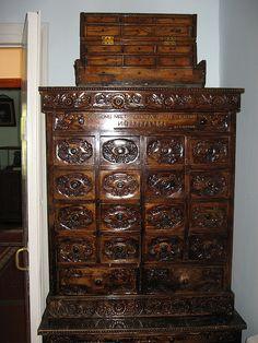 Дом-музей И.В.Мичурина Шкаф с ящиками для хранения семян, подаренный Мичурину Калининым