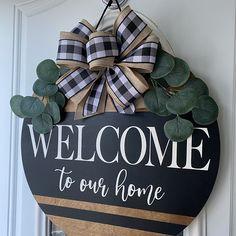Welcome Signs Front Door, Front Door Decor, Wreaths For Front Door, Door Wreaths, Wooden Door Signs, Diy Wood Signs, Pallet Signs, Wood Door Hanger, Door Hangers