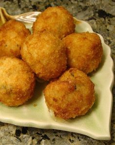 Italian Rice Balls Recipe Ingredients: teaspoon fresh ground black pepper teaspoon salt, to taste 2 eggs cup grated parmesan cheese 1 tablespoon dried basil or 1 tablespoon dried parsle… Best Appetizer Recipes, Snack Recipes, Dessert Recipes, Cooking Recipes, Fun Appetizers, Savory Snacks, Cat Recipes, Veggie Recipes, Essen
