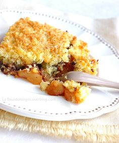 """En anglais le terme crumble signifie """"miette"""". Ce dessert d'origine britanique est né pendant la Seconde Guerre mondiale, le rationnement des denrées alimentaires telles que le beurre et le sucre ne permettant plus de préparer des tartes, seule une petite..."""