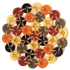 Düğmeler ve örgü ipleri ile örgü çaydanlık altlığı yapımı Diy Arts And Crafts, Hobbies And Crafts, Diy Crafts, Button Art, Button Crafts, Crochet Buttons, Diy Coasters, Penny Rugs, Sewing Projects