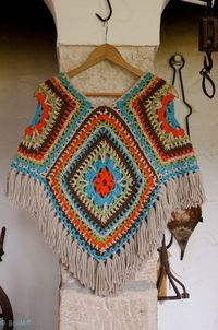 Would you wear this crocheted poncho? Would you wear this crocheted poncho? Poncho Crochet, Crochet Bolero, Crochet Scarves, Crochet Clothes, Knit Crochet, Wool Poncho, Crotchet, Scoodie, Crochet Gratis