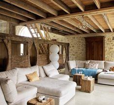 modernes wohnzimmer rustikal mit steinwänden und weißer polstermöbelstücken