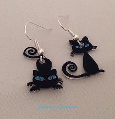 Boucles d'oreille en plastique fou chats noirs aux yeux bleus. : Boucles d'oreille par laurence-creation