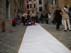 Un tappeto di libera espressione in P. S. Elena, nel sestiere di Pre a Genova