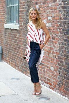 Por algo es la reina del street style. Olivia Palermo nos deja uno de los mejores looks de calle del año vestida de Banana Republic con top asimétrico a rayas, pantalones capri y sandalias al tobillo.
