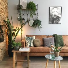 DIY-Möbel: Braunes Sofa, neutrale Wände, Pflanzen, ruhiger Wohnraum , You are in the right place about Planting Ideas from waste Here we offer you the most Living Room Interior, Tan Sofa Living Room Ideas, Earthy Living Room, Living Area, Living Room Warm Colors, Brown And Green Living Room, Boho Living Room, Cozy Living, Brown Living Rooms