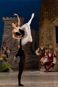 Mikhail Lobukhin and Maria Alexandrova in Don Quixote with the Hungarian National Ballet Company. Photo©Pál Csillag.