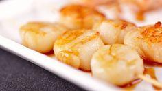 Une recette de brochettes de mini-pétoncles au vinaigre de citron et à l'huile de basilic présentée sur Zeste
