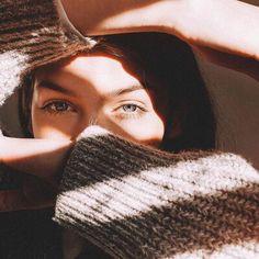 Процесс принятия своей тени может быть менее сложным, чем высвобождение света. Потому что открыть в себе свет означает открыть свою духовность - возможность испытывать любовь, сострадать, переживать всеобъемлющие состояния сознания. Люди склонны испытывать неудобства, признавая и испытывая любовь, но с большей готовностью принимают негативные мысли о себе.