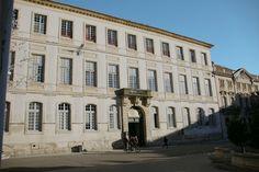 Le palais de l'archevêché à Arles accueille de nombreuses manifestations culturelles : Les Rencontres de la photographie, Octobre numérique, Voies Off... #arles #southoffrance #provencepaysarles