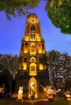 Sfeervol Utrecht: Domtoren in geel licht voor Tour de France, met Nijntjes.