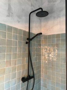 Zwarte douchekop Guest Bathrooms, Family Bathroom, Basement Bathroom, Bathroom Interior, Small Bathroom, Modern Interior Design, Interior Design Inspiration, Home Decor Inspiration, Interior Design Living Room