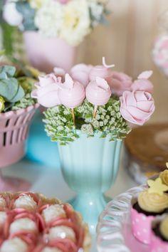 Aniversário de 1 ano da Maria Clara decorado pela Petite Partie e com fotos da Carla D´Aqui.  Doces com moldagens de borboletas