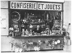 MELIES, grand cinéaste français...  Avec sa nouvelle femme, Jehanne d'Alcy (une de ses anciennes actrices), qu'il épouse en 1925, il tient une boutique de confiseries/jouets à la gare Montparnasse à Paris.  Georges Méliès, un pionnier du cinéma.  http://www.technicolorfilmfoundation.org/fr/accueil/projets/le-voyage-dans-la-lune-en-couleur-de-georges-melies-une-restauration-hors-du-commun-et-une-diffusion-mondiale/georges-melies-un-pionnier-du-cinema.html