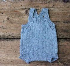 Som nævnt ofte før, elsker jeg at strikke babytøj og især nu, hvor der er så mange lækre økologiske garner at vælge imellem. De her små nuttede smækbukser strikkes i en spritny superblød økologisk bomuld, Mistral, fra Cewec Strikkeopskriften er i 3 størrelser, og det lille strukturmønster beskrives i opskriften. Strikkede smækbukser til baby Str. 3/6-9/12-15/18 mdr. Det skal du bruge:…