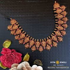 For an attractive, this gold Short Necklace Studded with Kemp stones. Gold Temple Jewellery, Fancy Jewellery, Gold Jewellery Design, Saree Jewellery, Antique Jewellery Designs, Gold Earrings Designs, Indian Gold Necklace Designs, Indian Jewelry Sets, Short Necklace