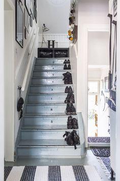 Vanhan talon lattiat ovat aina viileät. Yläkerran makuuhuoneeseen hiippaillaan villasukissa. Portaikko on samalla kaunis kenkäteline. Stairways, Furniture Decor, Interior Inspiration, Flooring, Rustic, House Ideas, Home Decor, Gate Valve, Stairs