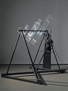 Marcel Duchamp, Rotative plaques verre (Optique de précision), 1920 - 1979, Plexiglas peint, métal, bois, moteur électrique, 170 x 125 x 100cm, Paris, Centre Pompidou.