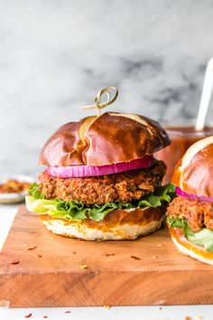 White Bean Pizza Burgers (Vegan Gluten Free) All the Pizza flavors in the shape of a Burger these White Bean Pizza Burgers are Vegan Gluten Free and oh so delicious! Great for meal prep or an easy and budget friendly dinner. Source by pinchofyum Pizza Burgers, My Burger, Vegan Burgers, Burger Mania, Fish Burger, Burger Recipes, Vegetarian Recipes, Healthy Recipes, Vegetarian Grilling
