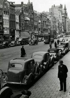 Henk Valks | 'Maandag Beursdag', Amsterdam: zorgt tussen één en twee uur voor veel autoverkeer op het Damrak. Hier de auto's geparkeerd langs het trottoir. [1939].