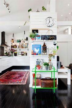 sepraracion cocina/pasillo y suelo de madera
