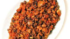Tässä mausteinen ja tuoksuva papupata. Olemme käyttäneet mustasilmäpapuja sekä valkoisia ja mustia papuja, mutta voit myös käyttää vain yhtä papulajia. Käytä esikeitettyjä papuja, niin ruoka valmistuu nopeammin. Tarjoile papupata salaatin ja keitetyn riisin kanssa.