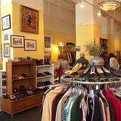 Arthritis Foundation Thrift Shop: Cuando los neyorquinos salen por gangas, se dirigen a esta tienda donde los vestidos de marca baratos aparecen de repente entre un monton de ropa de segunda.  En Junio y Agosto cierra los días laborables.  Dirección: 1430 Thrid ave esq.81st St.