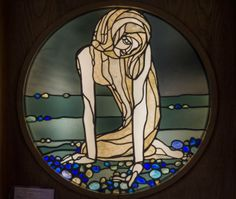 Capolavori in mostra Duilio Cambellotti, La fata, 1917 vetri opalescenti, gemme, tessitura a piombo, cm. 110x113x42 Roma, Villa Torlonia, Museo della Casina delle Civette