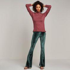 Fluwelen flared broek van Catwalk Junkie #wehkamp #newfashion #flared #velvet #glitter