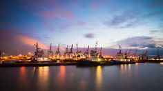 Schlepper im Hamburger Hafen zur blauen Stunde. Hafenromantik pur.
