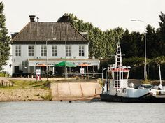 Fiets de pontjes rond en ga over maar liefst drie verschillende wateren: de Rijn, de Lek en het Amsterdam – Rijnkanaal. Ervaar het afwisselende landschap van rivieren, dijken, uiterwaarden en boomgaarden. | 39 km |