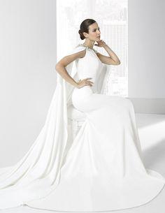 Vestidos de novia en crep natural con capa sujetada al hombro.