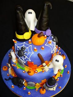 Torta di Halloween con cappelli a punta, fantasmi, ragni e zucche