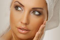 Quitar manchas piel en la cara - Exfoliar la piel una vez por semana, remueve las células muertas y la deja con apariencia más clara y más brillante. Inténtalo con este exfoliante casero. Ingredientes: 2 cuch (sopa) de avena; 2 cuch (sopa) de azúcar mascavo; ¼ de taza de leche. Bate todos los ingredientes hasta formar una pasta. Pásala suavemente sobre tu rostro durante 1 minuto, lava e hidrata. Conoce nuestros tips para quitar manchas en la piel: http://saludtotal.net/tips-para-aclarar-la-p...