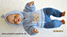 Baby born opskrifter 43 cm. vendestrik i bukser med striber og en hættetrøje med bamse på maven.